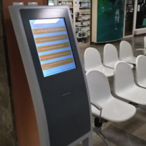 Zdjecie biletomatu przy rejestracji do poradni specjalistycznych