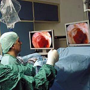 Lekarz odziału urologii podczas zabiegu