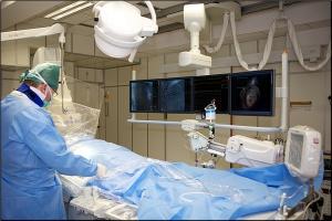 Lekarz przy zabiegu kardiologicznym