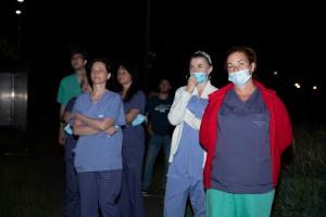 Zdjecie z przed szpitala - osoby